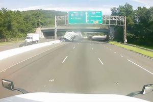 Xe container lật nhào trên đường quốc lộ sau khi bị chọc tức