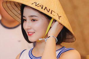 'Thiên thần lai' 18 tuổi thích thú đội nón lá fan Việt tặng