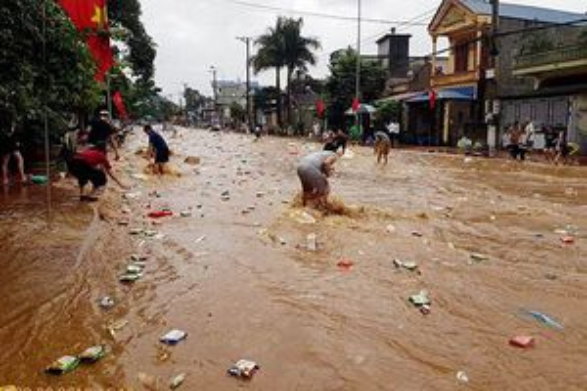 Siêu thị bị mưa lũ cuốn trôi, hàng hóa chảy ngập đường