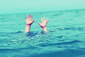 Rủ nhau đi tắm biển 2 học sinh tử vong