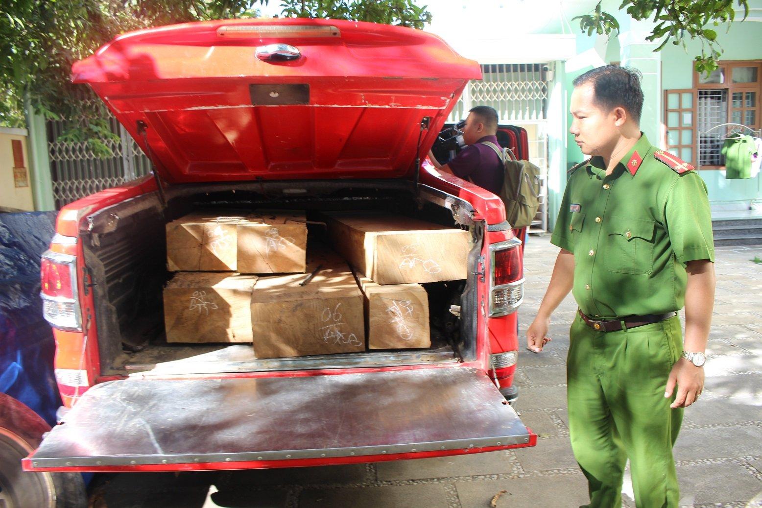 Bắt giữ xe ô tô vận chuyển gỗ lậu trong đêm ở Quảng Nam