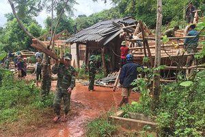 Chiến sĩ biên phòng giúp dân trong mưa lũ
