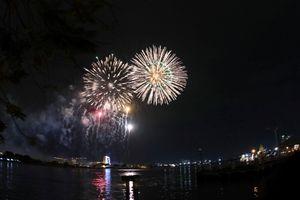 Người dân TP.HCM đổ ra trung tâm xem pháo hoa mừng Quốc khánh