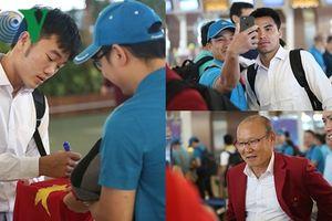 Olympic Việt Nam mỏi tay ký tặng ở sân bay trước giờ rời Indonesia về nước