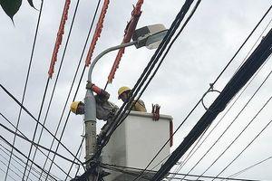 Đà Nẵng: Dùng dây thép móc tấm bạt lên đường dây 22kV để sửa nhà