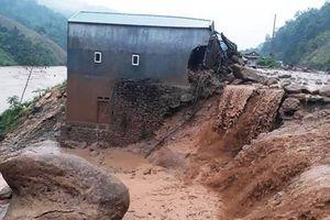 Thiệt hại khủng khiếp do mưa lũ: 13 người chết, hàng trăm nhà đổ sập