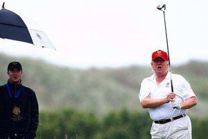 Đi chơi golf trong lúc lễ tang ông McCain đang diễn ra, Tổng thống Trump bị chỉ trích dữ dội