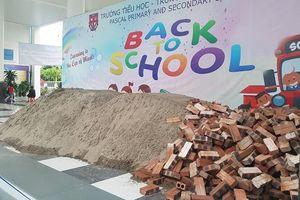 Trường bị đổ đầy cát, gạch, hơn 1.000 học sinh phải đi khai giảng nhờ