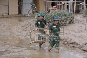 Hàng trăm chiến sĩ quân đội giúp dân sau lũ
