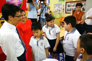 Phó Thủ tướng Vũ Đức Đam bất ngờ đến dự khai giảng cùng trẻ em khuyết tật Hà Nội
