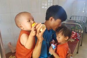 Bố mẹ bệnh nặng, hai con thơ khát sữa