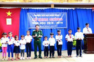 BCH quân sự tỉnh Sóc Trăng tặng 70 suất học bổng cho học sinh nghèo vượt khó, học giỏi