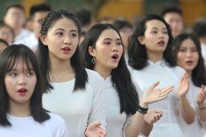 Nữ sinh Chu Văn An rạng ngời trong tà áo dài ngày khai giảng
