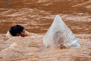Điện Biên: Vẫn còn cảnh học sinh chui túi nilon vượt suối lũ tới trường