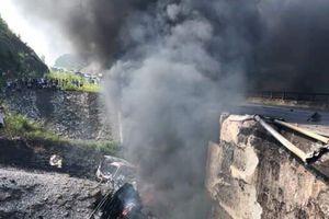 Xe bồn phát nổ bốc cháy, cao tốc Nội Bài – Lào Cai cấm xe qua cầu Ngòi Thủ