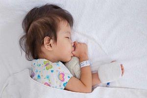 Bác sĩ Nhi giải đáp: Trẻ sơ sinh sốt bao nhiêu độ thì uống thuốc?