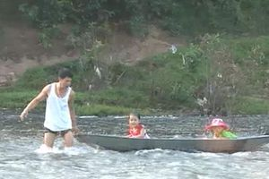 Xót xa cảnh học sinh vùng cao Sơn Động, Bắc Giang vượt sông nguy hiểm đến trường