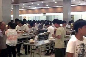Trường học ở Trung Quốc bỏ ghế bắt học sinh ăn nhanh để học nhiều hơn