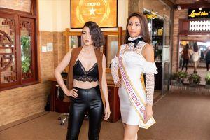 Người mẫu Anh Thư mặc áo ngực crop top cực sexy tư vấn catwalk cho Khả Trang