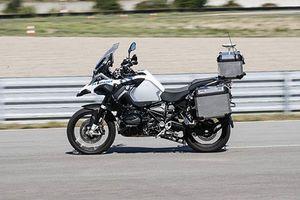 'Soi' BMW R1200GSA lăn bánh, ôm cua không cần người lái