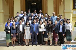 Trợ lý Bộ trưởng Bộ Ngoại giao tiếp thân mật Đoàn cán bộ đối ngoại Lào