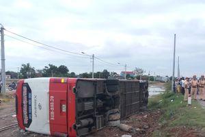 Tránh công nông, xe chở gần 30 khách lật xuống ruộng