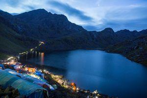 Tìm kiếm nước thánh trong dãy Himalaya ở Nepal