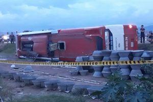 Xe khách giường nằm lao xuống ruộng, hàng chục người may mắn thoát nạn