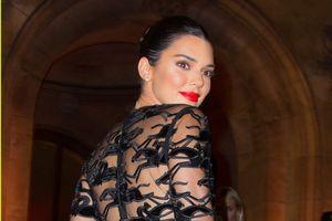 Nàng mẫu 9X Kendall Jenner đẹp hút mắt với đầm ren đen huyền bí