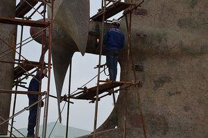 Bàng hoàng 2 nam công nhân rơi từ độ cao trên 10 mét