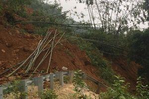 Thanh Hóa: Quốc lộ 15A tê liệt do sụt lở núi