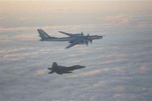 F-22 chặn cả Su-35 và Tu-95MS