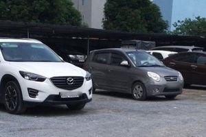 Bãi giữ xe ô tô 'nhảy dù' vào đất công ở phường Dịch Vọng