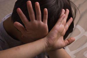 Bé 6 tuổi bị người giám hộ bạo hành