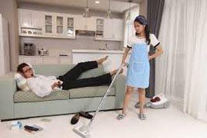 Đàn bà chớ dại mà ở nhà làm osin cho chồng đi kiếm tiền