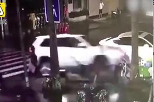 Clip: Nhóm người đi bộ bị tông sau khi cãi nhau với tài xế ô tô