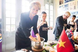 Khi Bộ trưởng và Đại sứ Australia thực hành nấu ăn