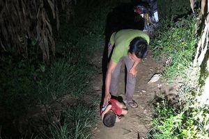 Xót xa hình ảnh bé trai 6 tuổi nằm co quắp trong đêm giữa đường đất