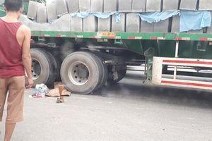 Thương tâm bé gái tử vong dưới bánh xe container