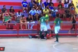 Kinh hoàng: Cầu thủ tức giận, sút nứt hộp sọ trọng tài