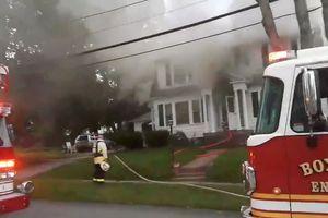 Hàng loạt vụ nổ rung chuyển nhiều thị trấn ở Massachusetts
