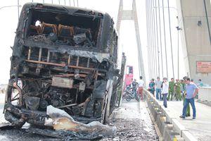 Xe khách giường nằm bốc cháy trên cầu Bính ở Hải Phòng