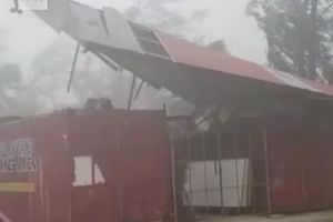 Tận thấy siêu bão Mangkhut hất tung mái nhà khi càn quét đảo Guam