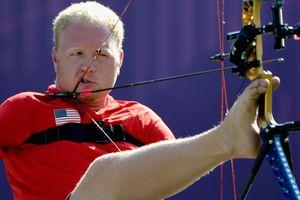 Người đàn ông bắn cung bằng 'chân' lập kỷ lục Guinness