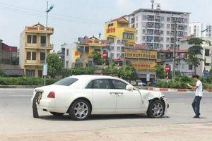 Rolls-Royce Ghost tiền tỷ 'nát' đầu sau cú va chạm với xe máy tại Hà Nội