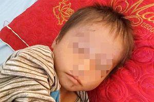 Bé trai ngủ co ro trên đường đất ở Hà Giang giờ ra sao?