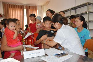 Khám, tư vấn sức khỏe, phát thuốc miễn phí cho con công nhân: Nhân đôi niềm vui