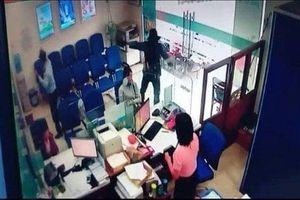 Camera ghi lại toàn cảnh vụ cướp ngân hàng ở Tiền Giang