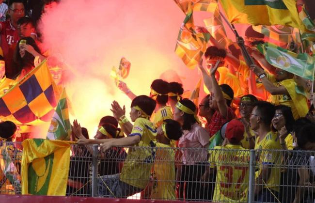 5 CLB nhận án phạt vì khán giả đốt pháo sáng ở vòng 21 V.League 2018