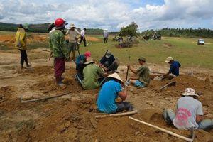 Phú Yên: Dân đổ xô đi đào đá đen kiếm vài triệu đồng/ngày